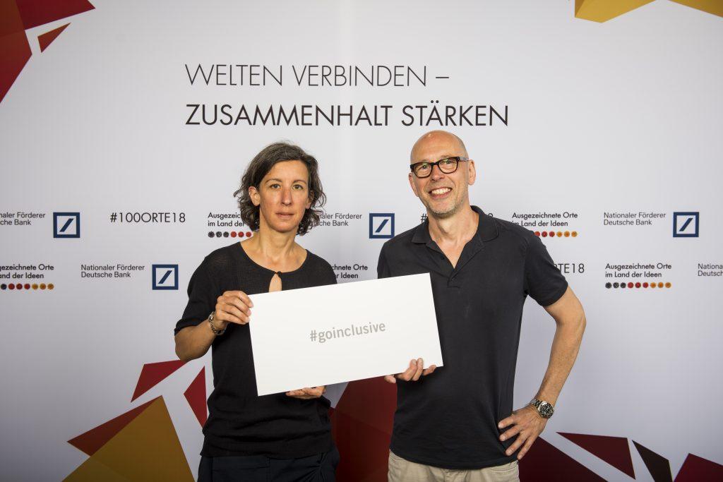 """Ehrung der """"Ausgezeichneten Orte 2018"""". Für #goinclusive stehen Ellen Schweizer und Steffen Zimmermann auf der Bühne."""