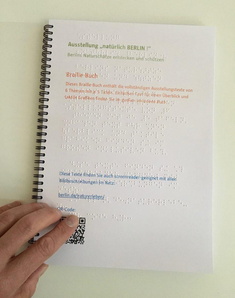 Ein Buch, das die kompletten Ausstellungstexte der 30 Tafeln in Braille-Punktschrift beinhaltet.