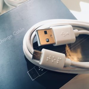 USB-Kabel mit Braillehinweis, wo oben ist